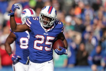 ORCHARD PARK, NY - NOVEMBER 08: LeSean McCoy #25 of the Buffalo Bills celebrates a 48-yard touchdown run against the Miami Dolphins during the first half at Ralph Wilson Stadium on November 8, 2015 in Orchard Park, New York. (Photo by Brett Carlsen/Getty Images)